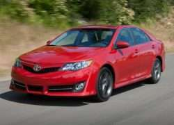 Toyota Camry красная
