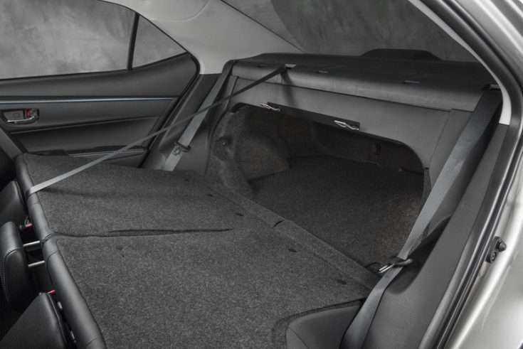 Полностью разложенный задний ряд сидений Тойота Камри