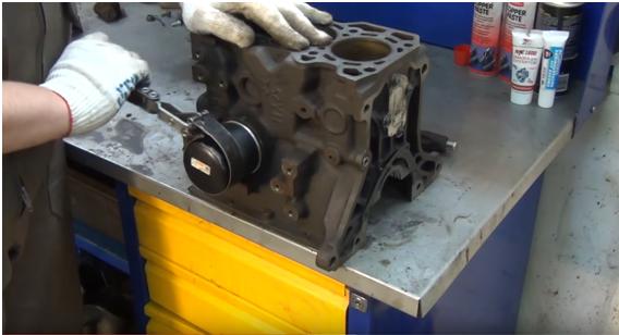 Процесс замены масляного фильтра в Toyota Corolla 6