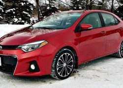 Toyota Corolla красного цвета