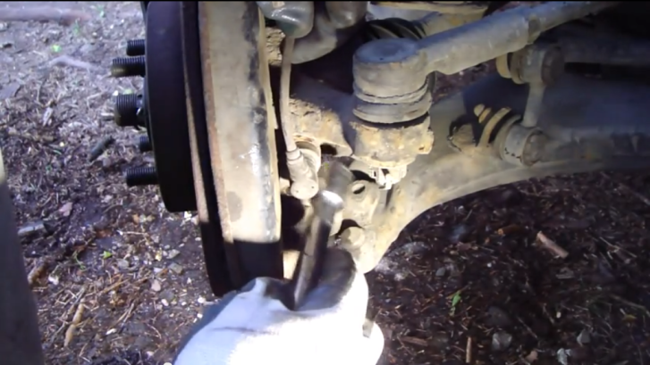 Процесс замены датчика ABS на автомобиле Toyota Corolla