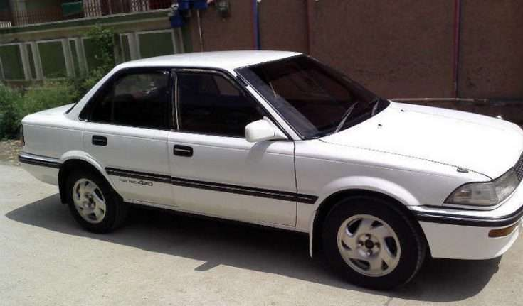 Вид в профиль Тойота Королла 1989-го года выпуска