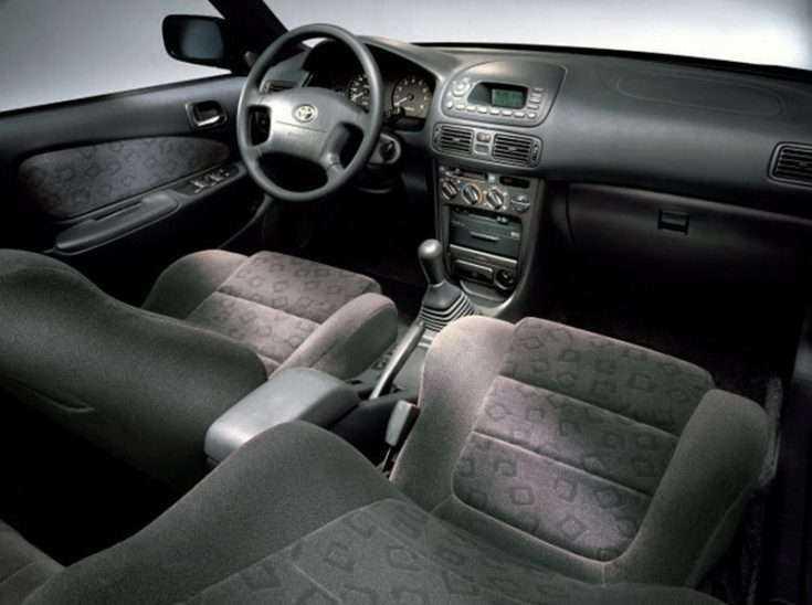 Внутри салона Toyota Corolla E110