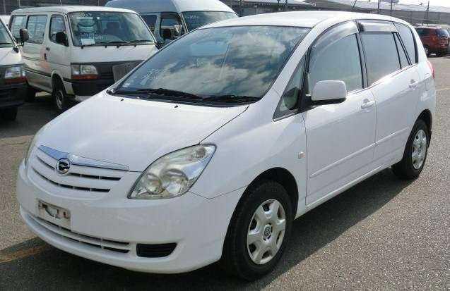 Белый Toyota Corolla Spacio