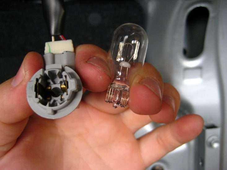 Замена лампочек в задней части Тойота Королла