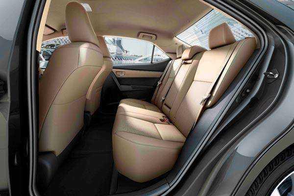 Вид на задний ряд сидений в Тойота Королла