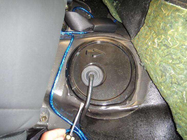 Снимаем крышку бензобака 1